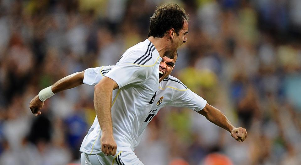 17) Игрок «Real Madrid» Кристоф Метцзельдер (впереди) и его друг по команде Пепе радуются забитому голу в ворота «Liga de Quito» на футбольном турнире «Peace Cup Andalucia 2009» в Мадриде, 28 июля. (AP Photo/Daniel Ochoa de Olza)