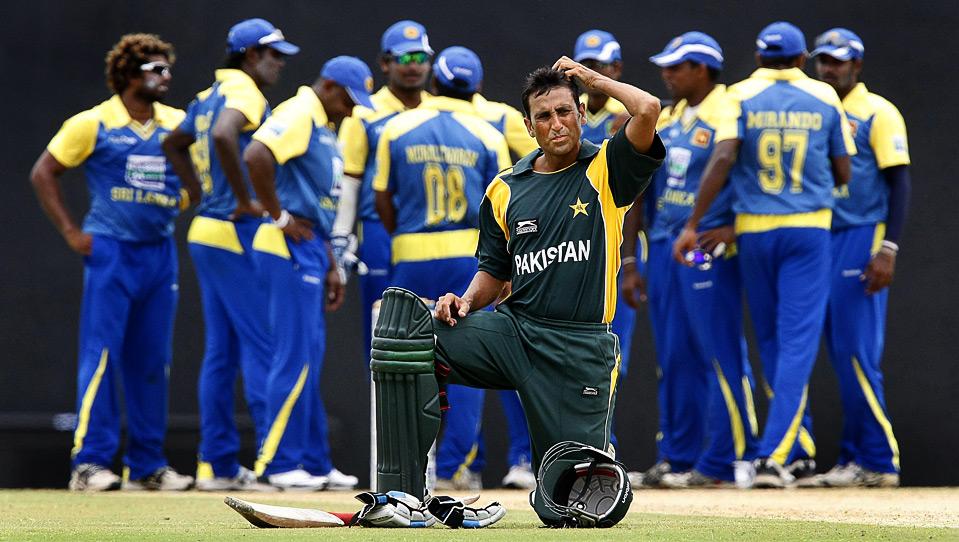 16) Капитан пакистанской сборной по крикету Юнис Хан после удаления игрока своей команды Фавада Алама в матче с командой Шри-Ланки на стадионе «Rangiri Dambulla», Дамбулла, 1 августа. (REUTERS/Vivek Prakash)