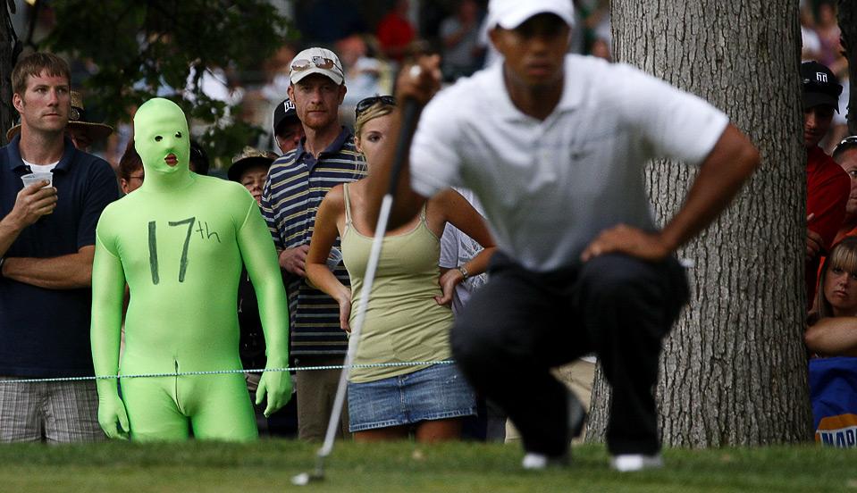 15) Болельщик, одетый в зеленый костюм, наблюдаем за тем, как Тайгер Вудс готовится к удару на 17-ом грине во время 3 раунда турнира «Buick Open», 1 августа в штате Мичиган. (Gregory Shamus/Getty Images)