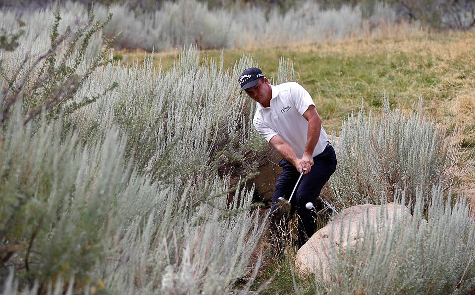 10) Николас Томпсон совершает удар из кустов на 17 лунке во время первого круга турнира «Legends Reno-Tahoe Open» 6 августа, Рино. (Jonathan Ferrey/Getty Images)