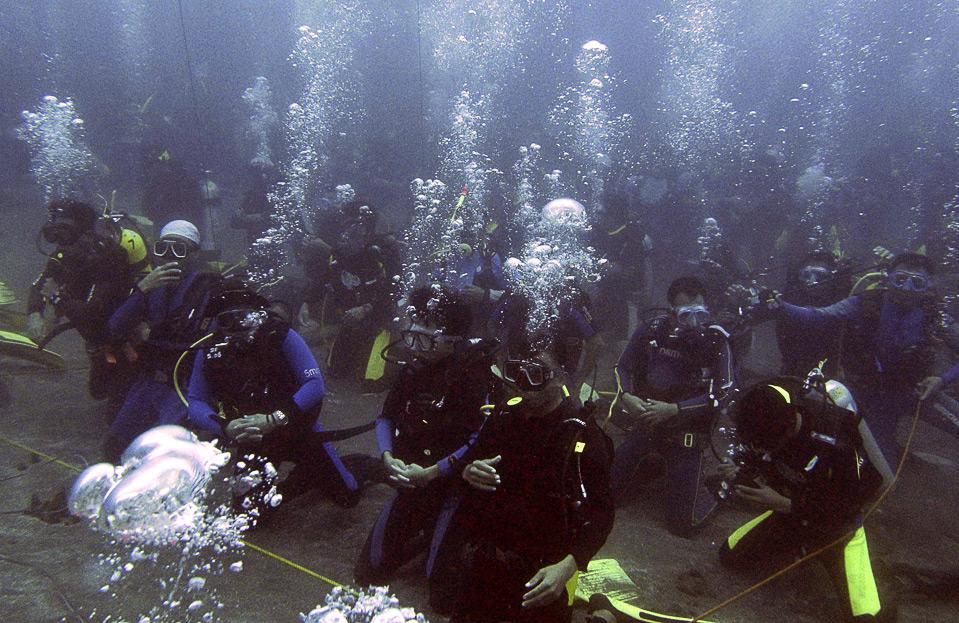 20) Попытка дайверов установить мировой рекорд по количеству людей, одновременно находящихся под водой, у берегов Северных Сулавеси, Индонезия, 16 августа. 2400 человек приняли участие в этом мероприятии, которое, кроме всего прочего, было приурочено к Дню Независимости Индонезии - 17 августа. (REUTERS/Stringer)