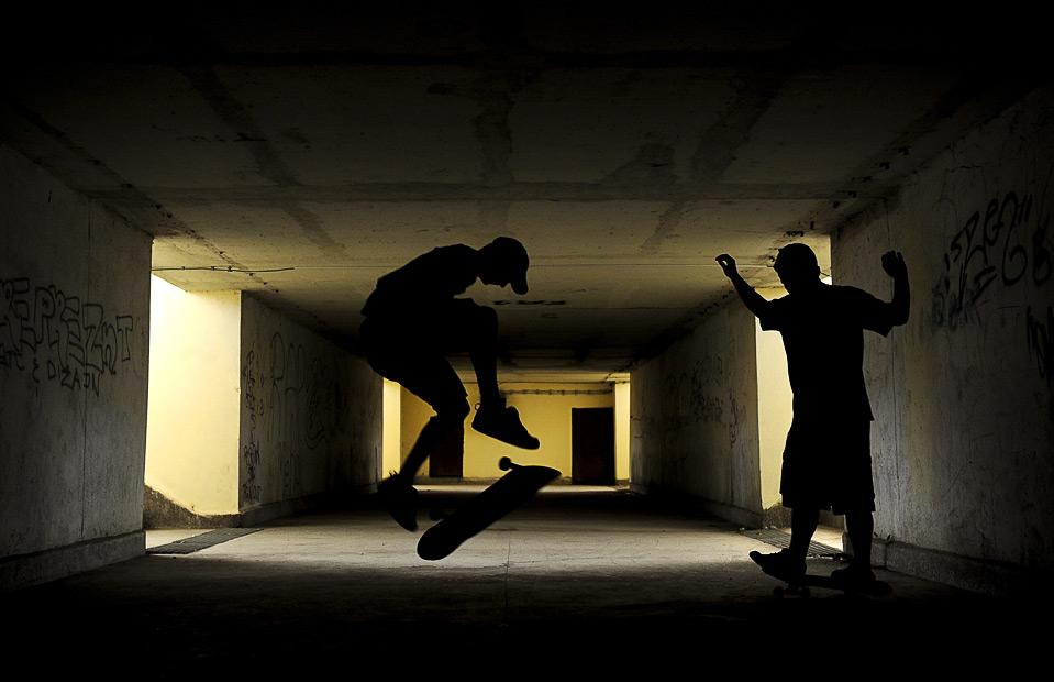 12) Подростки из албанского Косово прыгают на скейтбордах на железнодорожной станции Косово Поле, 31 июля. (Armend Nimani/AFP/Getty Images)