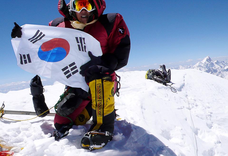 7) Альпинистка из Южной Кореи Ох Эун-Сан позирует перед камерой на вершине горы Гашербрум I, которая находится на границе Пакистана и Китая. Альпинистка стала первой в истории женщиной, которая покорила 13 из 14 Гималайских вершин, 3 августа. (AFP/AFP/Getty Images)