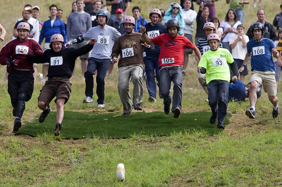 17) Участники ежегодных соревнований по бегу с холма за 11-фунтовой головкой сыра в канадском Вистлере, Британская Колумбия, 15 августа. (AP Photo/The Canadian Press/Jonathan Hayward)