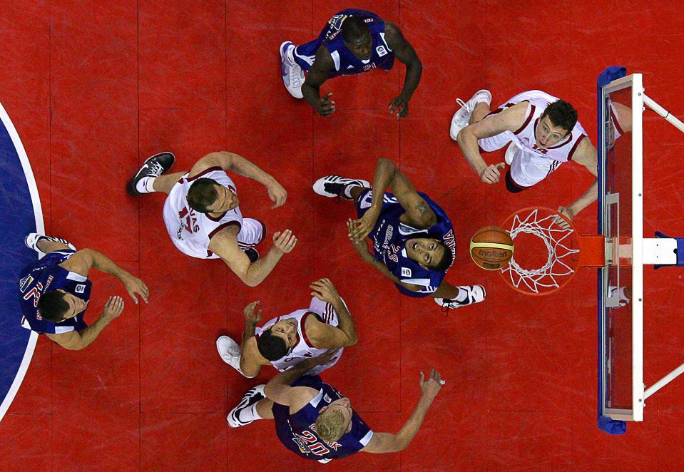 "15) Английские и турецкие баскетболисты ведут упорную борьбу за мяч во время турнира ""Game On At The O2"", Лондон, 15 августа. (AP Photo/Tom Hevezi)"