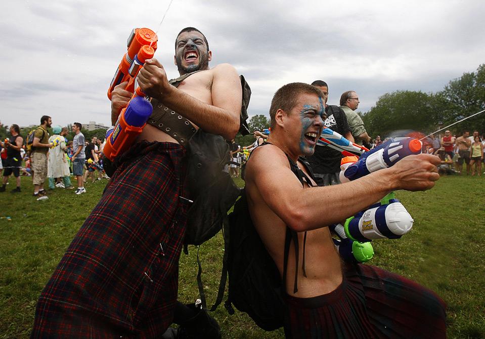 9) Бой на водяных пистолетах во время «Great Big Burlesque Tintamarre» в Квебеке, 2 августа. (REUTERS/Mathieu Belanger)