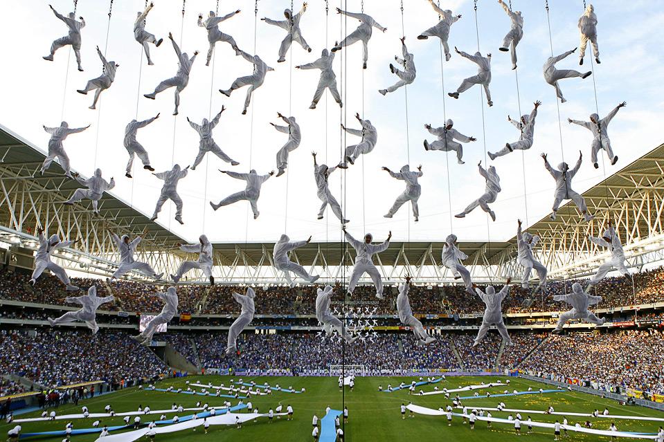 7) Представление во время открытия нового стадиона футбольной команды Эспаньола, Корнелья-де-Льобрегат, Испания, 2 августа. (AP Photo/David Ramos)