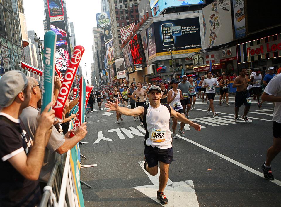 13) Множество участников преодолевают маршрут традиционного марафона В Нью-Йорке, пролегающего в том числе и через Times Square, 16 августа. (AP Photo/Jason DeCrow)