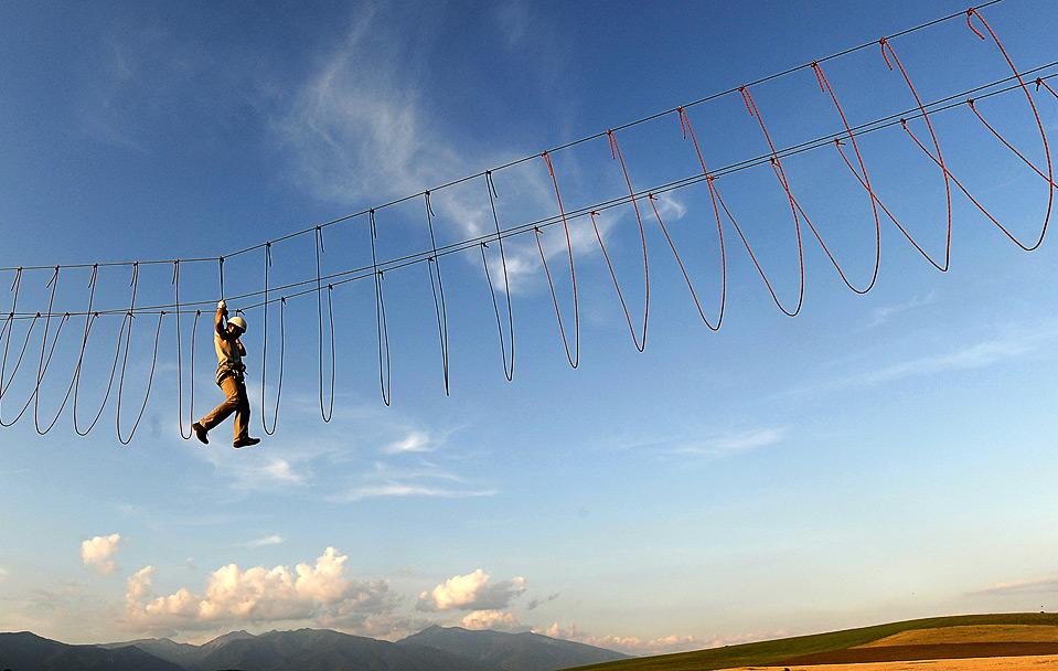 6) Человек пробирается по веревкам в Парке Тарзания, который расположен неподалеку от Липтовски Микулас, Словакия, 31 июля. (JOE KLAMAR/AFP/Getty Images)
