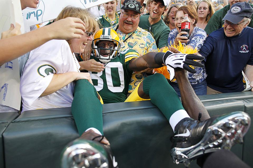 11) Дональд Драйвер из команды «Green Bay Packers» радуется тачдауну в матче против «Cleveland Browns», 15 августа, Грин Бэй. (AP Photo/Jim Prisching)