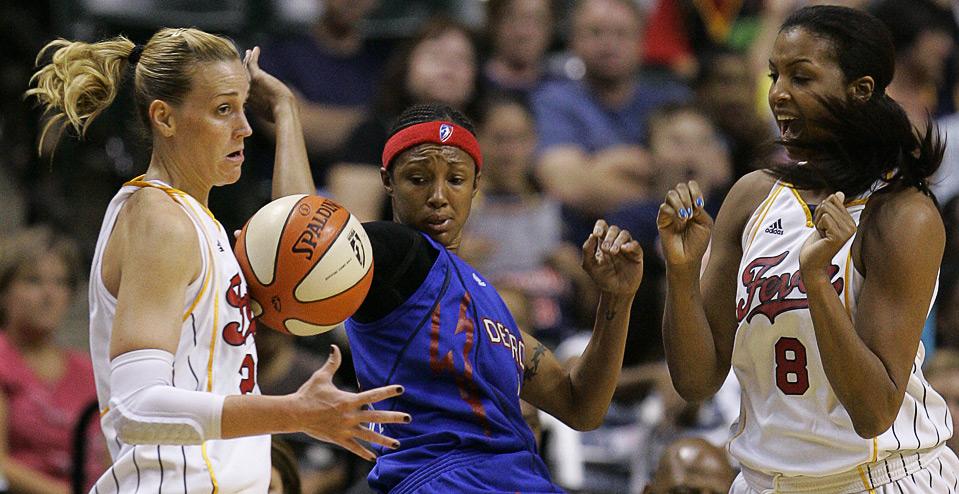 10) Игроки команды «Indiana Fever» Кэтти Дуглас (слева) и Тэмми Саттон-Браун (справа) ведут борьбу за потерянный мяч с Денной Нолан из «Detroit Shock» в баскетбольном матче WNBA в Индианаполисе, 15 августа. (AP Photo/Darron Cummings)