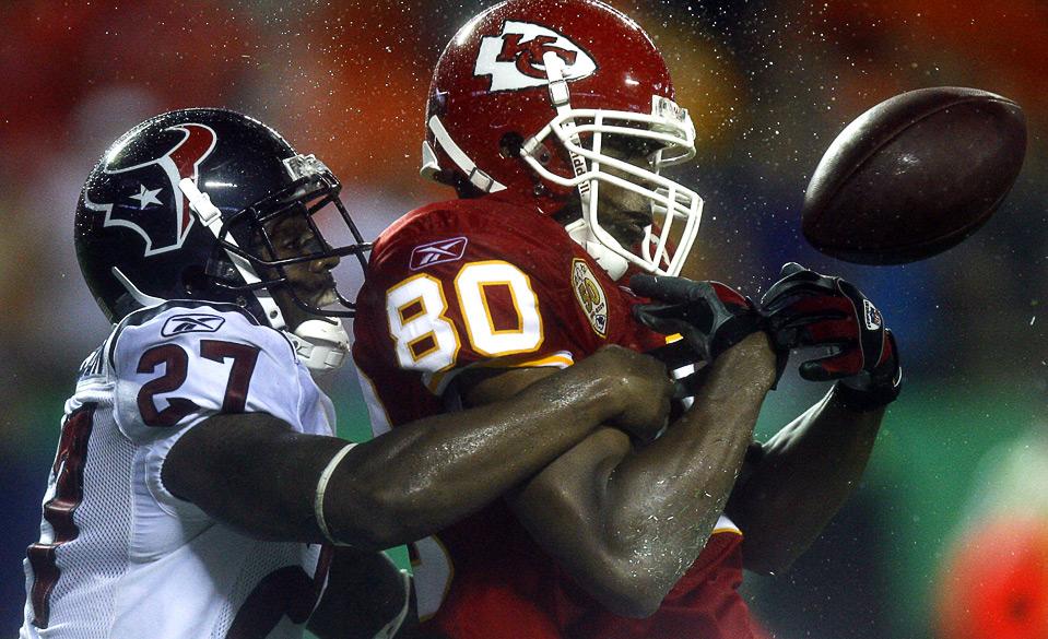 9) Маттерал Ричардсон (слева) из «Houston Texans» выбивает мяч из рук игрока «Kansas City Chiefs» Джеффа Вебба во время футбольного матча в Канзас-Сити, 15 августа. (AP Photo/Ed Zurga)