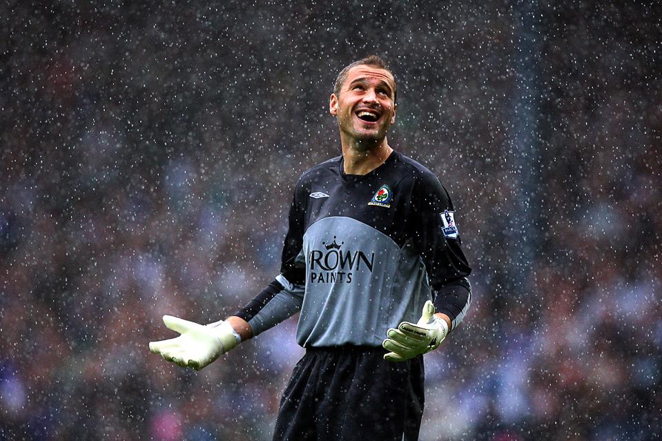 8) Пол Робинсон, голкипер «Blackburn Rovers», улыбается, несмотря на проливной дождь, во время матча английской Премьер-лиги с командой «Manchester City», Блэкберн, 15 августа. (AP Photo/Scott Heppell)