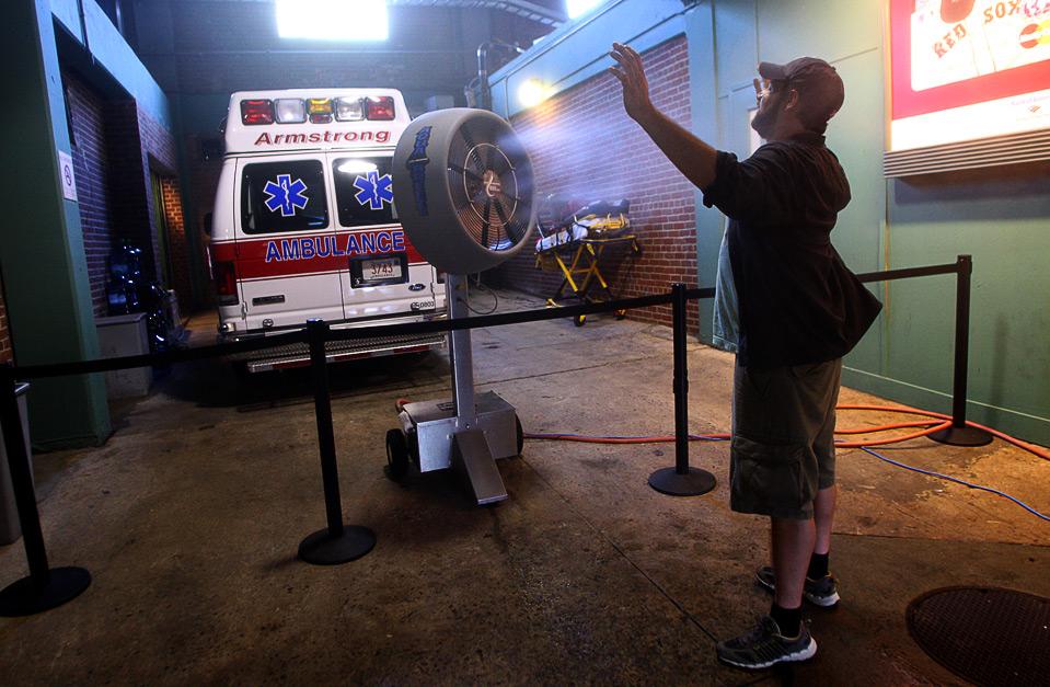 7)  Болельщик команды «Detroit Tiger» Сет Фишер охлаждается при помощи вентилятора, установленного под первой трибуной, перед матчем его любимой команды против «Red Sox», Бостон, 10 августа. (Bill Greene/Globe Staff)