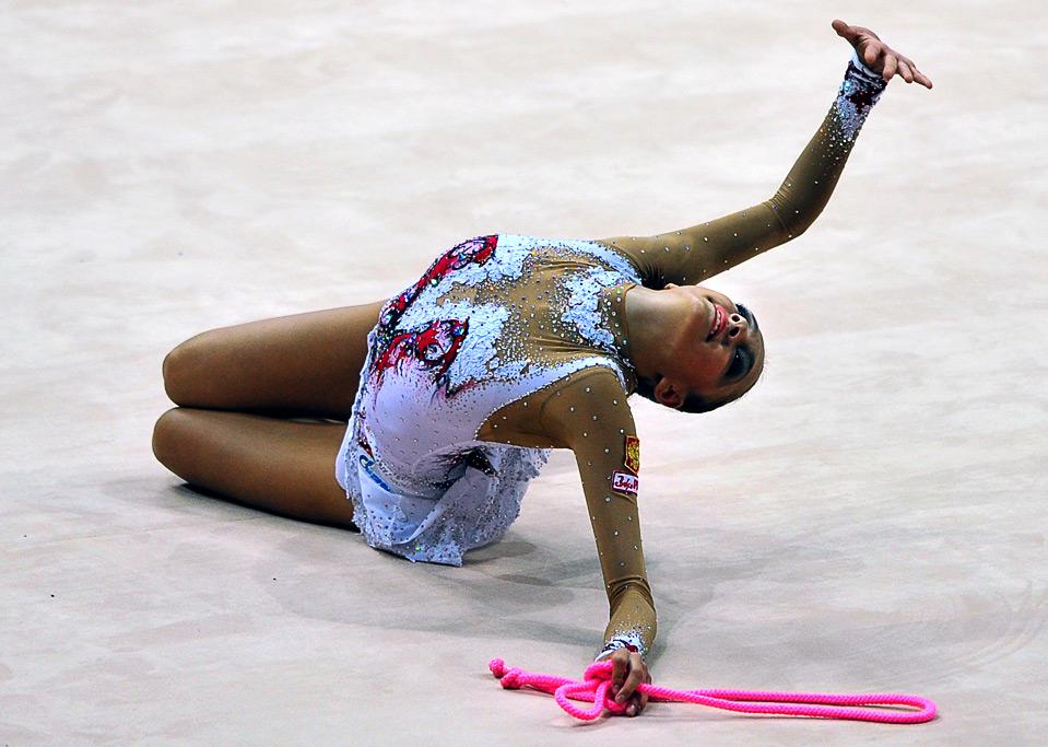 7) Россиянка Евгения Канаева  во время соревнований по  ритмической гимнастике на Всемирных играх 2009 в г. Гаосюн 17 июля.  (SAM YEH/AFP/Getty Images)