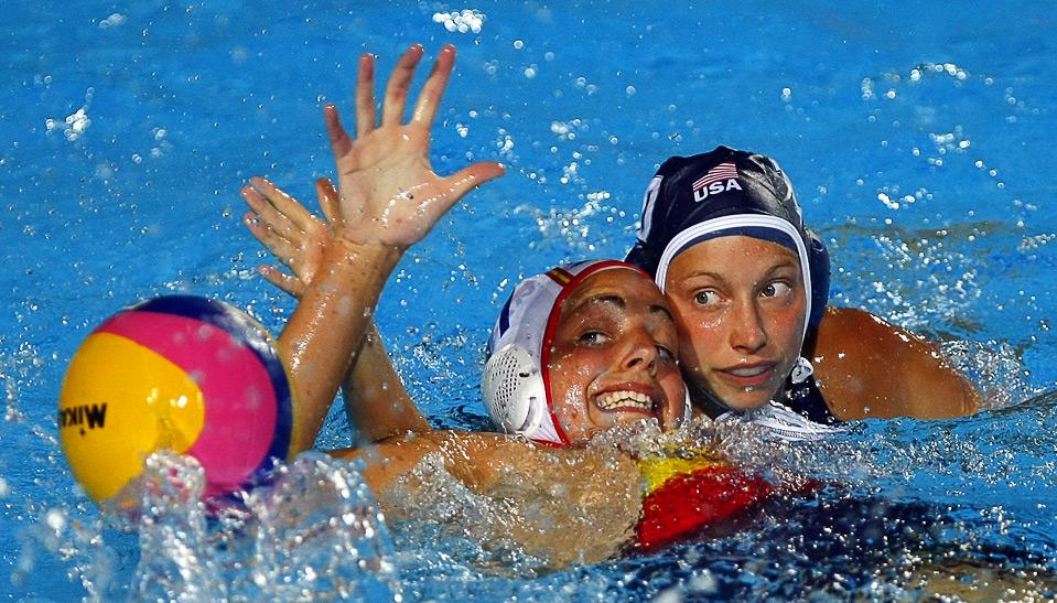 4) Элисон Григорка из команды США (справа) в борьбе за мяч против испанки Майки Гарсия во время четвертьфинального матча по водному поло Мирового Чемпионата FINA в Риме, 27 июля. (REUTERS/Max Rossi)