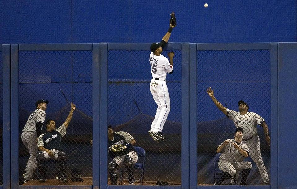 4) Отчаянный прыжок Алекса Риоса из команды «Toronto Blue Jays» после хоумрана Джонни Дэймона из «New York Yankees» во время восьмого иннинга бейсбольного матча MLB, Торонто, 4 августа. (AP Photo/The Canadian Press, Chris Young)