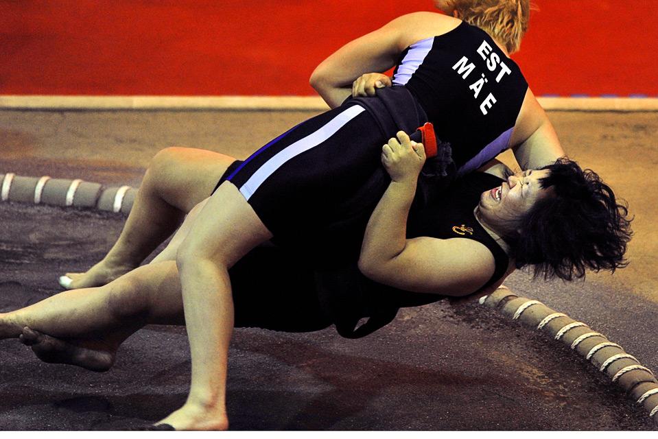 6) Японка Асано Матцура (справа) борется с эстонкой Эпп Маэ в поединке сумо на Всемирных играх 2009 в г. Гаосюн 18 июля.  (SAM YEH/AFP/Getty Images)