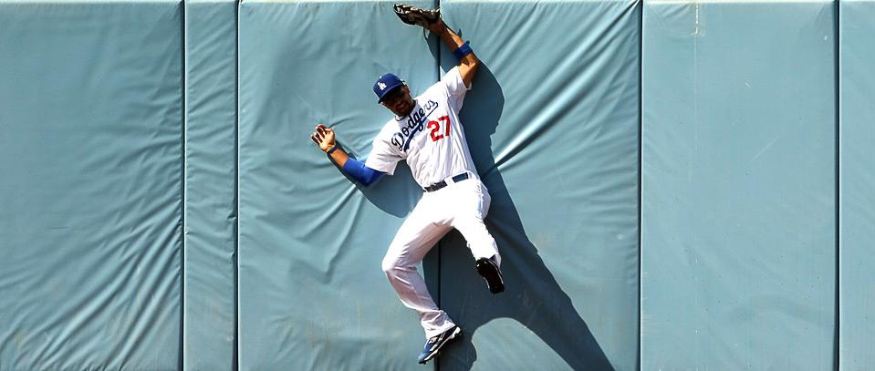 3) Мэтт Кемп из «Los Angeles Dodgers» ударяется об стену, поймав длинный мяч, после удара Гаррета Андерсена из «Atlanta Braves», 9 августа на стадионе «Dodger», Лос-Анджелес, Калифорния. (Stephen Dunn/Getty Images)
