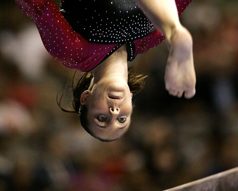 3) Челси Меммел выполняет упражнения на бревне во время второго дня Чемпионата США по спортивной гимнастике, 14 августа, Даллас. (AP Photo/Tony Gutierrez)