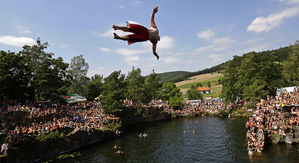 2) Участник соревнований по клифдайвингу совершает прыжок, Hrimezdice, Чехия, 1 августа. (REUTERS/David W Cerny)