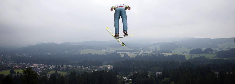 2) Полет Константина Соколенко из Казахстана на летнем Гран-при «Ski Jumping Nordic» в Хинтерцартене, 8 августа. (REUTERS/Johannes Eisele)