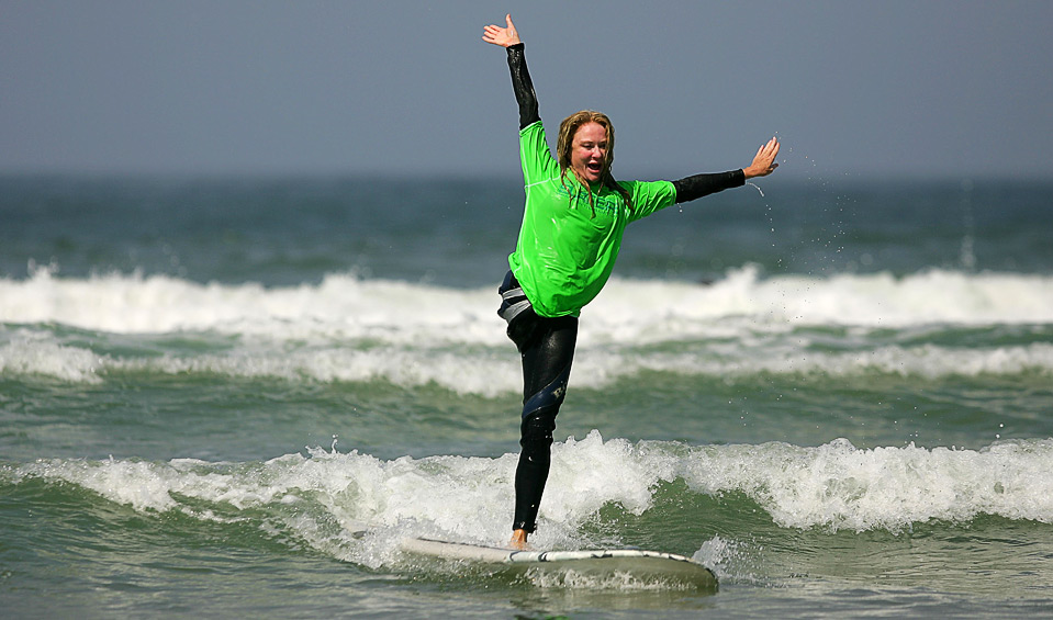 2) Серфер Джули Каррузерс, также известная как Одноногая Джо, ловит волну 14 августа. (Ezra Shaw/Getty Images)