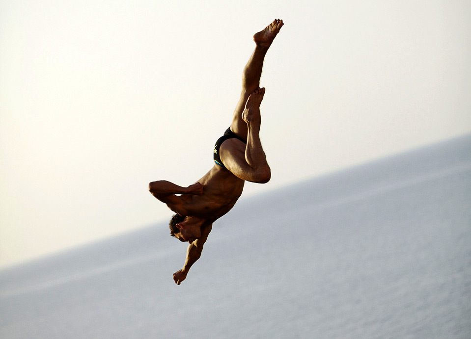 1) Михаль Навратиль тренируется перед соревнованиями по клифдайвингу в итальянском городе Полиньяно А Маре 24 июля. (REUTERS/Balazs Gardi/Handout)