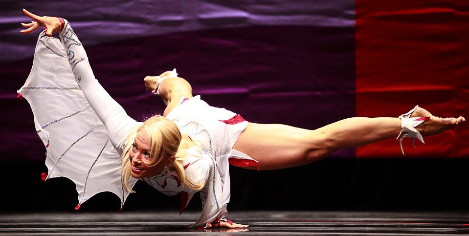 19) Эстонка Наталия Назаренко-Киивикас на соревнованиях по фитнес бодибилдингу среди женщин на Всемирных играх 2009 в г. Гаосюн 18 июля.  (REUTERS/Nicky Loh)