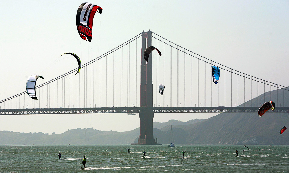 27) Участники Чемпионата Мира по кайтбордингу в Сан-Франциско на фоне моста «Золотые Ворота», Калифорния, 7 августа. (REUTERS/Robert Galbraith)