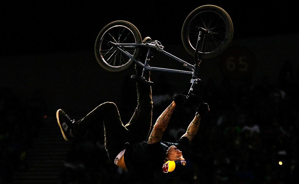 34) Выступление Кори Боэна в финале категории BMX dirt на этапе «Wendy's Invitational» соревнований «Dew Action Sports Tour», Портланд, Орегон, 14 августа. (Jonathan Ferrey/Getty Images)