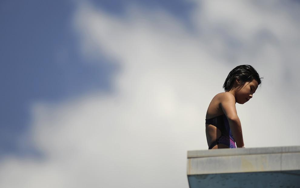 1) Спортсменка из Китая Ли Канг готовится к прыжку с десятиметрового трамплина в финале первенстве мира среди женщин-любителей. 18 июля  2009 Рим, Италия. (FILIPPO MONTEFORTE/ AFP/Getty Images)
