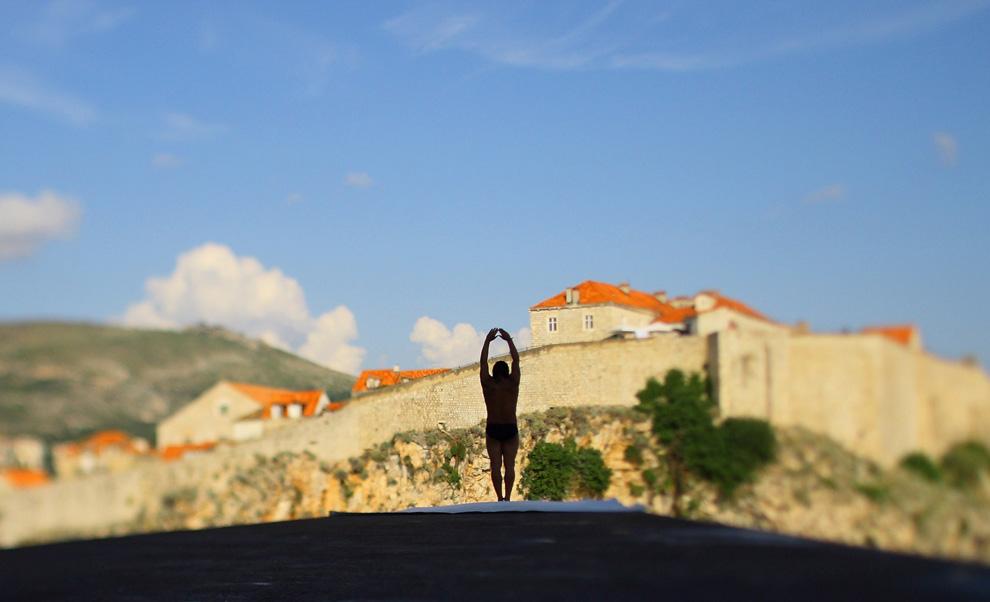 2) Орландо Дюк из Колумбии на очередном этапе соревнований по клифф-дайвингу «Red Bull Cliff Diving Series» в Дубровнике (Хорватия) готовится прыгнуть 26-метровой платформы форта Lovrijenac (Хорватия) 11 июля 2009. (Zeljko Lukunic/AFP/Getty Images)