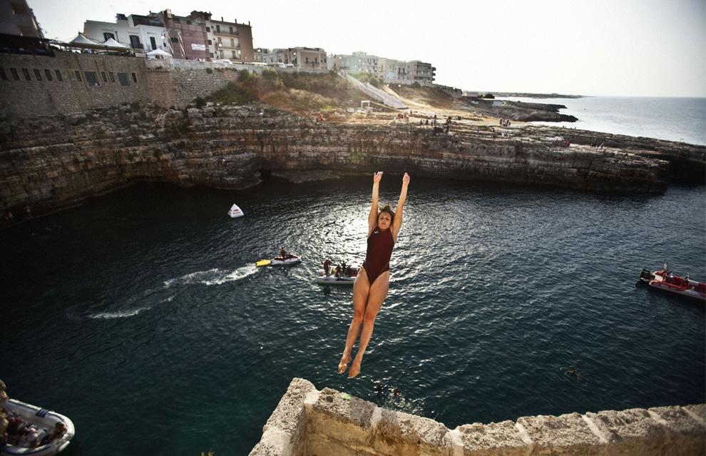 3) Анна Бадер, дайвер из Германии, совершает прыжок во время своей подготовки к очередному этапу соревнований чемпионата по клифф-дайвингу в Полиньяно а Маре, Италия, 24 июля 2009. (REUTERS/Balazs Gardi/Handout)
