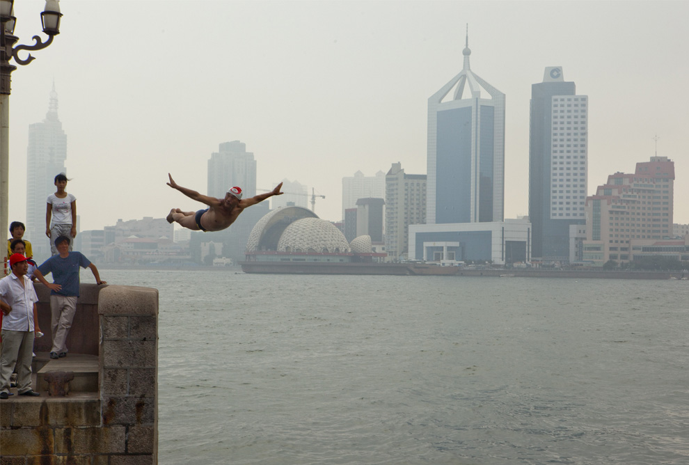 11) Прыжок пловца в Залив Киаучоу в Циндао , Китай, воскресенье, 5 июля 2009
