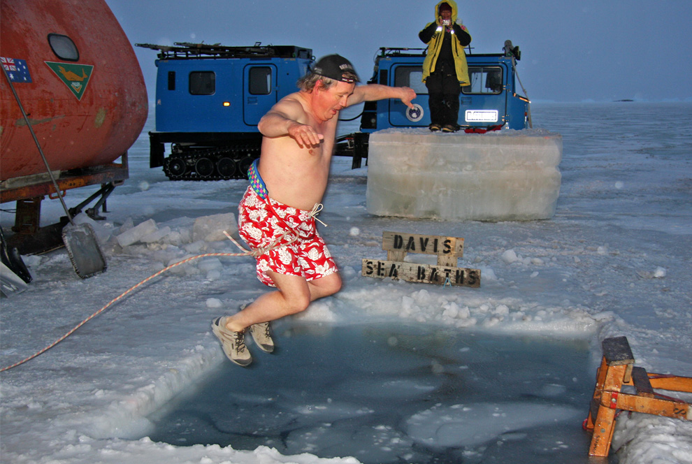 13) Прыжки в прорубь в день празднования зимнего солнцестояния на полярной станции Девис на Австралийской антарктической территории. 21 июня 2009. Австралийские ученые и зимний экипаж отметили самый короткий день в году, окунувшись в полярные воды при температуре воздуха в около - 23C (-9.4F), а затем отправившись отобедать горячими блюдами. (PAUL ENDERSBY/AFP/Getty Images)