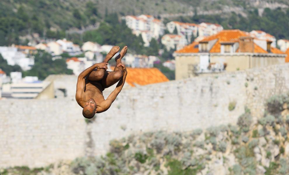 14) Француз Хасан Мути на очередном этапе соревнований по клифф-дайвингу «Red Bull Cliff Diving Series» в Дубровнике прыгает с 26-метровой платформы крепости Lovrijenac. 11 июля 2009 (Zeljko Lukunic/AFP/Getty Images)