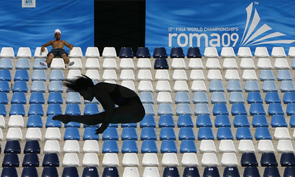 15) Неизвестный дайвер тренируется в плавательном бассейне «Foro Italico» в преддверье начала Чемпионата мира по водным видам спорта в Риме, Италия, вторник 16 июля 2009
