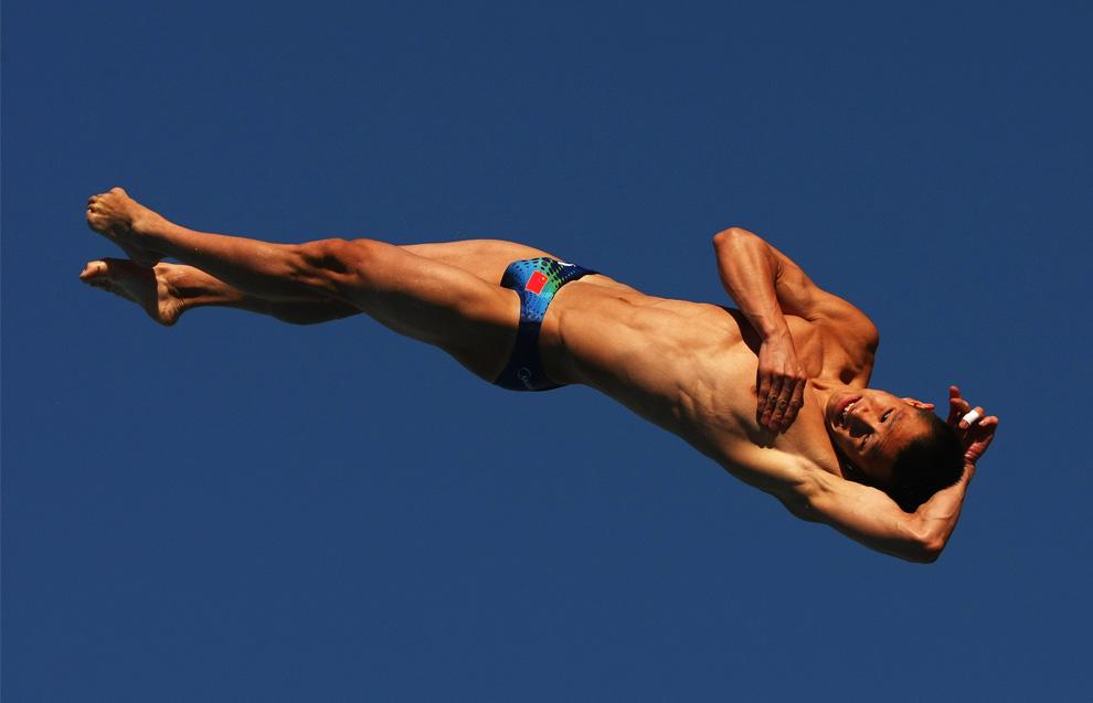 17) Чжоу Люсинь (Zhou Luxin) из Китая в предварительном зачете по прыжкам в воду с 10-метрового трамплина среди мужчин в бассейне Stadio del Nuoto. 20 июля 2009, Рим, Италия. (Clive Rose/Getty Images)