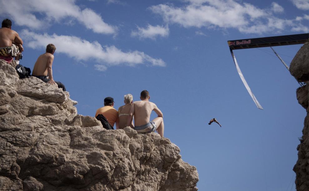 18) Украинец Андрей Игнатенко прыгает с 26-метровой платформы форта Lovrijenac в третьем этапа соревнований по клифф-дайвингу Red Bull Cliff Diving Series в Дубровнике (Хорватия) 11 июля 2009