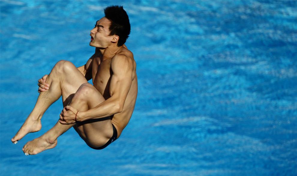 19) Китайский спортсмен Qin Kai в финале соревнований по прыжкам в воду с метрового трамплина на Чемпионате мира, 17 июня 2009, Рим, Италия. (REUTERS/Alessandro Bianchi)