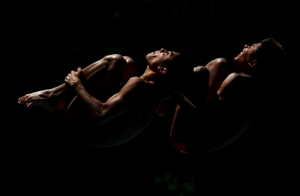 20) Мексиканцы Герман Санчес и Иван Гарсия на соревнованиях по синхронным прыжкам в воду с 10-метрового трамплина на 13-м Чемпионате мира по водным видам спорта в Риме в бассейне «Stadio del Nuoto». 24 июля 2009, Рим, Италия (Clive Rose/Getty Images)