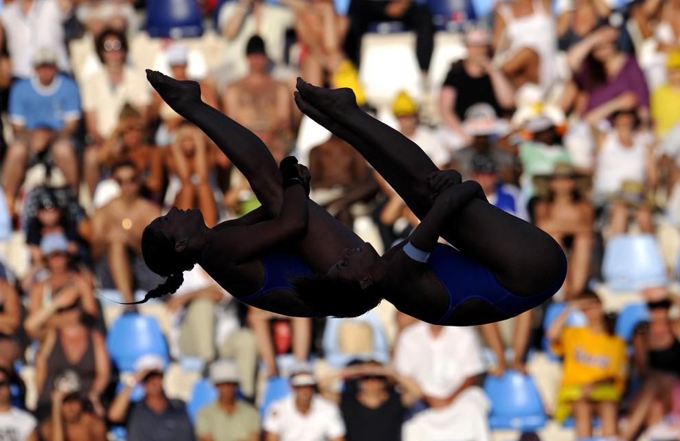 21) Итальянки Валентина Мароччи и Бренда Спациани выполняют синхронный прыжок с 10-метрового трамплина в финале Чемпионата мира в Риме, Италия, 19 июля 2009 (REUTERS/Wolfgang Rattay)