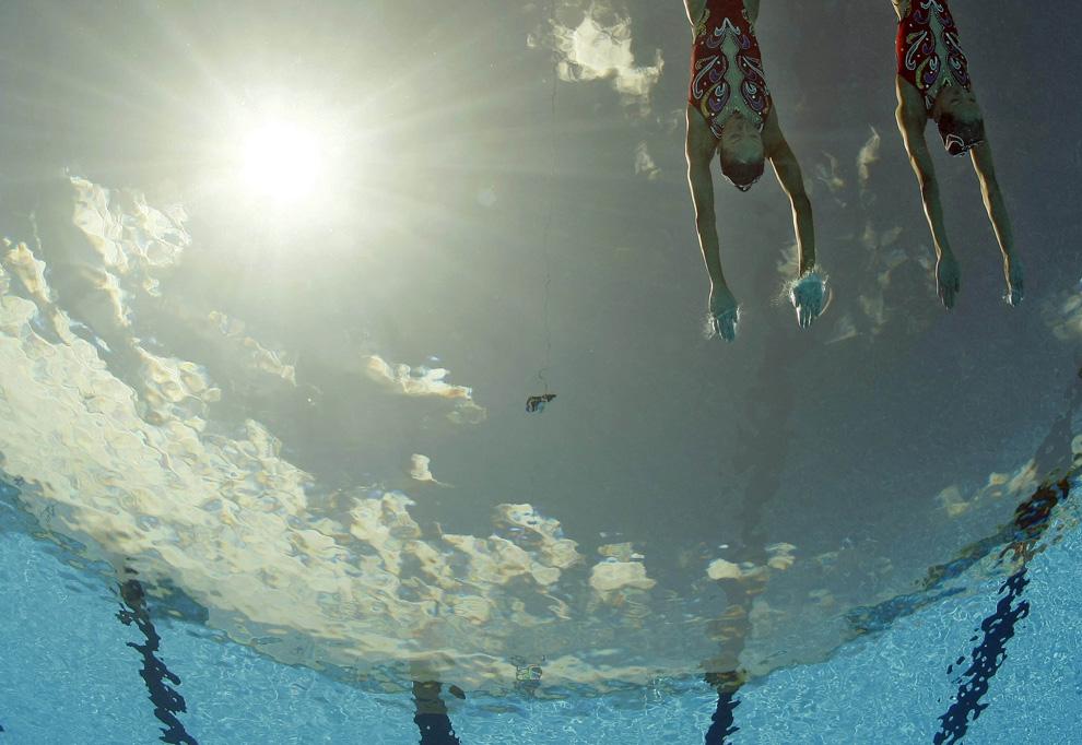 26) Кончики пальцев рук китайских спортсменок по синхронному плаванию Jiang Tingting и Jiang Wenwen в момент соприкосновения с поверхностью воды на пути к бронзовой медали. Чемпионат мира по водным видам спорта, Рим, Италия, вторник, 21 июля 2009 (AP Photo/Mark J. Terrill)
