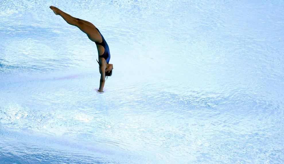 27) Вхождение в воду китайской спортсменки Го Цзинцзин (Guo Jingjing)  на Чемпионате мира по прыжкам в воду с 3-метрового трамплина в Риме, Италия, 21 июля 2009 (REUTERS/Tony Gentile )