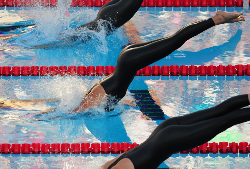 29) (Слева направо) Британка Джоан Джексон, итальянка Федерика Пеллегрини и Элисон Шмитт из Соединенных Штатов начинают финальный заплыв женской 400-метровки свободным стилем. 26 июля 2009, 13-й Чемпионат мира по водным видам спорта в Риме, Италия. Золото взяла Пеллегрини , побив международный рекорд 3:59.15. (ALBERTO PIZZOLI/AFP/Getty Images)