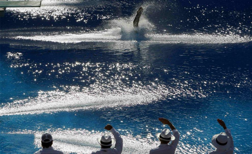 31) Брызги от погружения в воду спортсмена в финале соревнований по прыжкам воду с 10-метрового трамплина среди мужчин на Чемпионате мира по водным видам спорта. Рим, Италия, 21 июля 2009 (REUTERS/Max Rossi)