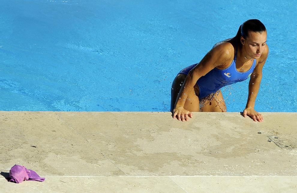 35) Таня Каньотто выбирается из бассейна после прыжка в финале соревнований по прыжкам с метрового трамплина среди женщин на Чемпионате мира по водным видам спорта. Рим, Италия, 19 июля 2009 (REUTERS/Alessandro Bianchi)