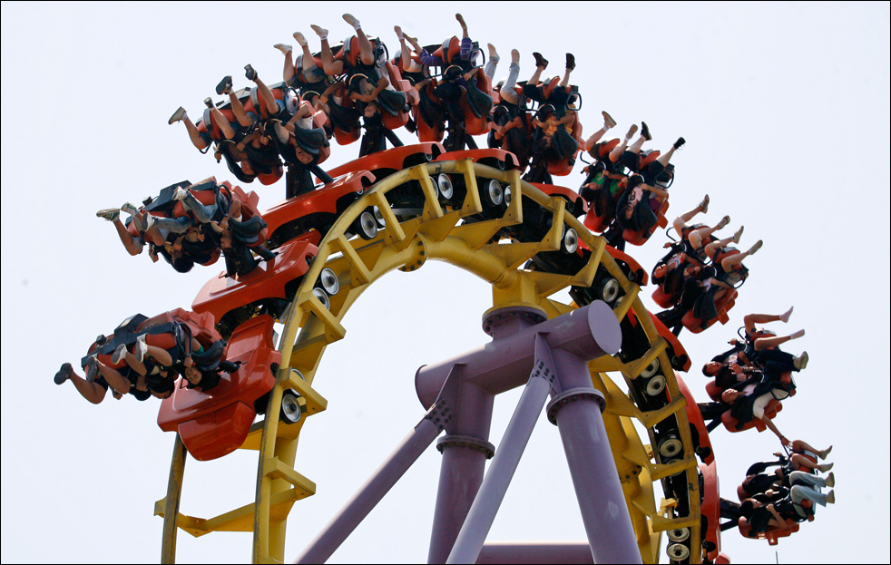 5. Посетители парка развлечений «Happy Valley» в Пекине, катаются на аттракционе в четверг 13 августа.  (AP/Ng Han Guan)