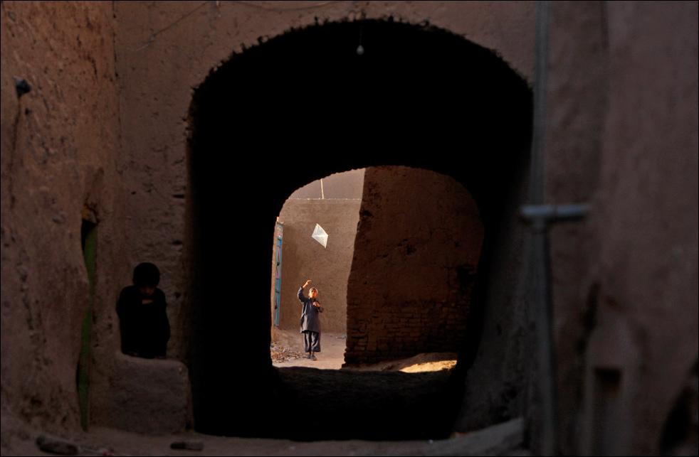 10. Мальчик запускает змея в старой части афганского города Герат, 19 августа.  (AP/Saurabh Das)